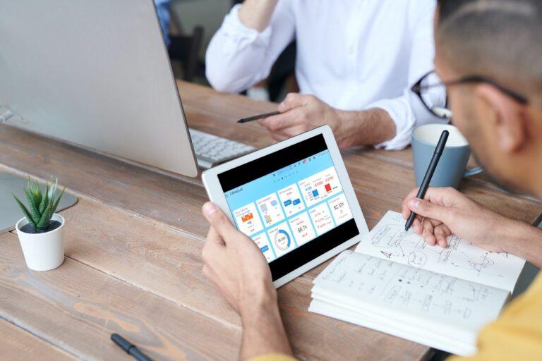 Oracle Financials Cloud je modul sistema Oracle ERP. Ponuja rešitve, ki avtomatizirajo finančne poslovne procese ter omogočajo pregled in nadzor nad vsemi finančnimi podatki v podjetju.